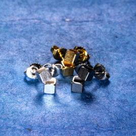 Kubörhängen 4 mm, oxiderat silver