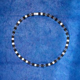 Halsband kuber av silver och onyx